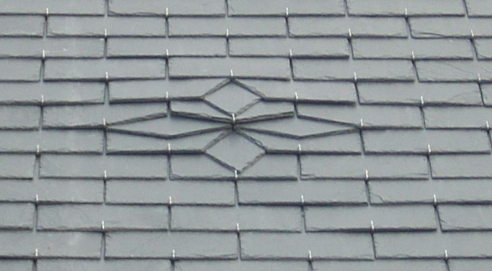 Motif sur toiture en ardoises
